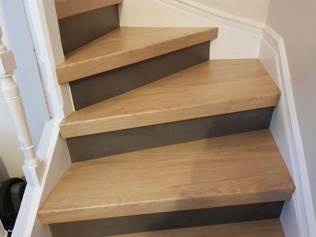 Escalier chêne avec contremarche imitation béton ciré