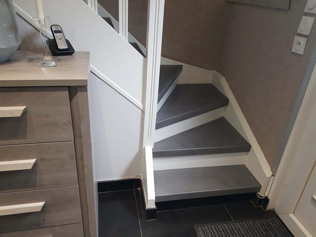 Escalier, marche imitation béton ciré et contremarche blanche