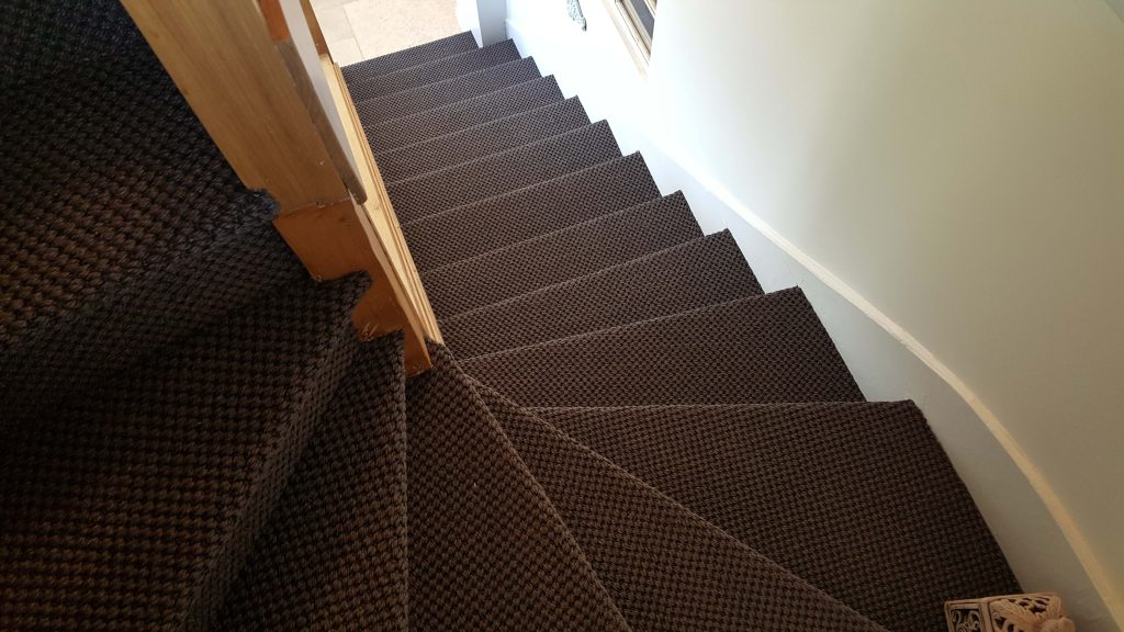 Escalier en sisal couleur brun effet damier